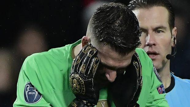 Ekspresi kesedihan Adrian setelah Liverpool tersingkir dari Liga Champions.
