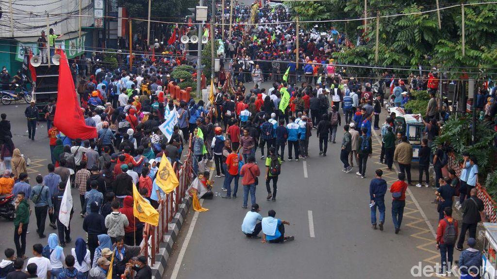Blokade Jalan, Buruh dan Mahasiswa Tolak RUU Omnibus Law