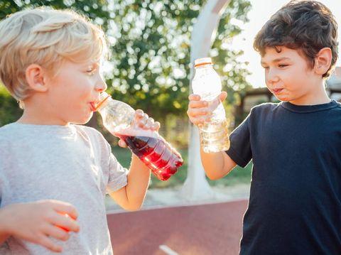 Ilustrasi anak minum