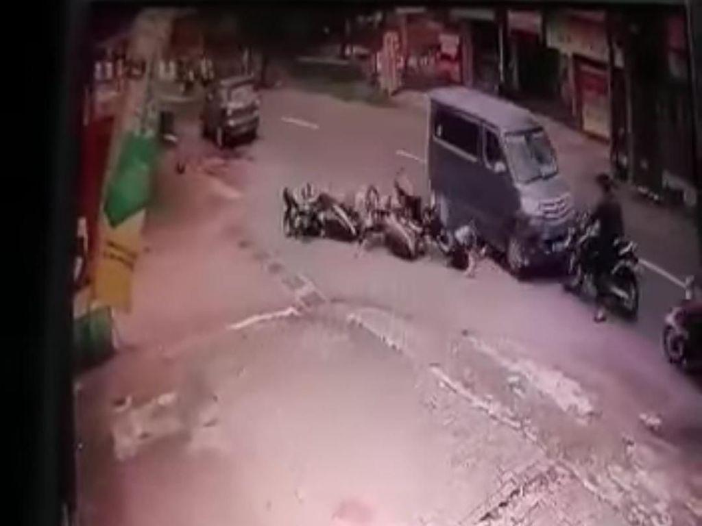 Terekam CCTV, Mobil Oleng Tabrak Lima Motor di Sleman