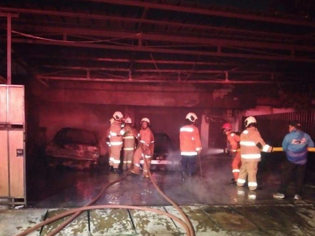 2 Mobil Warga Pulogadung Terbakar di Garasi, Damkar: Akibat Molotov
