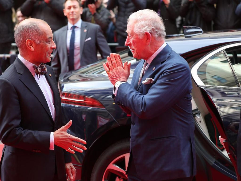 Momen Canggung Pangeran Charles, Lupa Tak Boleh Salaman Gegara Corona