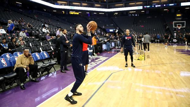 SACRAMENTO, CALIFORNIA - MARCH 11: Lonzo Ball #2 of the New Orleans Pelicans warms up before their game against the Sacramento Kings at Golden 1 Center on March 11, 2020 in Sacramento, California. NOTE TO USER: User expressly acknowledges and agrees that, by downloading and or using this photograph, User is consenting to the terms and conditions of the Getty Images License Agreement.   Ezra Shaw/Getty Images/AFP