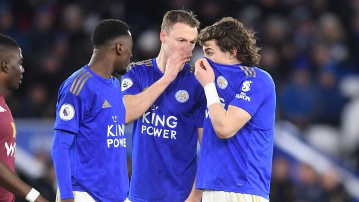 LEICESTER, ENGLAND - MARCH 09:  Wilfred Ndidi, Jonny Evans and Caglar Soyuncu of Leicester City speak during the Premier League match between Leicester City and Aston Villa at The King Power Stadium on March 09, 2020 in Leicester, United Kingdom. (Photo by Michael Regan/Getty Images)