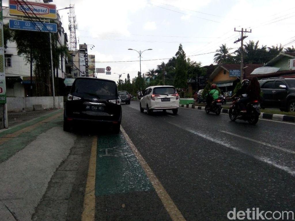 Belum Disterilkan, Jalur Sepeda Miliaran di Medan Masih Jadi Parkir Liar
