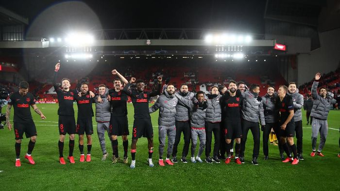 LIVERPOOL, ENGLAND - MARCH 11: The Atletico Madrid team celebrate victory after the UEFA Champions League round of 16 second leg match between Liverpool FC and Atletico Madrid at Anfield on March 11, 2020 in Liverpool, United Kingdom.  (Photo by Julian Finney/Getty Images)