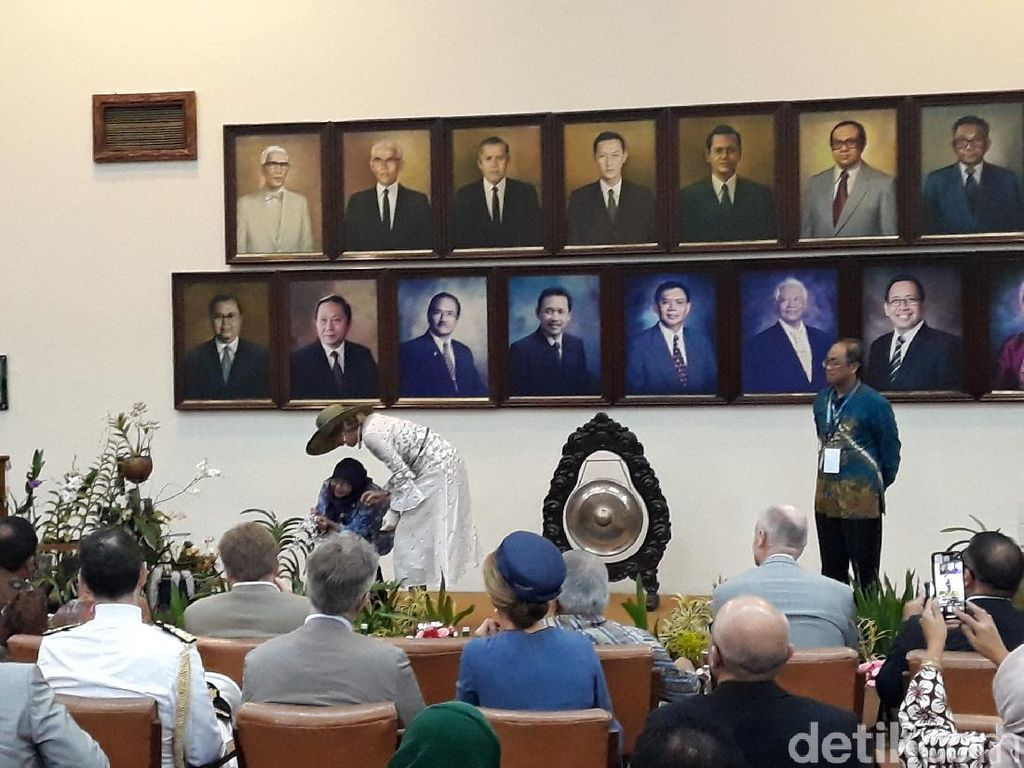 Kunjungi UGM, Ratu Maxima Silangkan Anggrek Asli Yogya