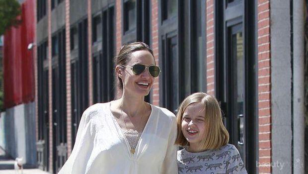 Pakai Kaftan, Intip Cantiknya Penampilan Angelina Jolie Saat Liburan