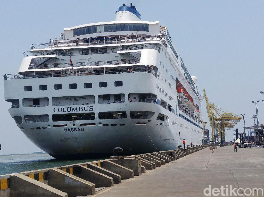Ditolak Surabaya, Kapal Pesiar Columbus Turunkan Ratusan WNA di Semarang