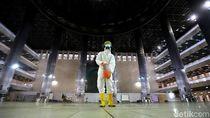 Melihat Proses Sterilisasi Masjid Istiqlal untuk Cegah Corona