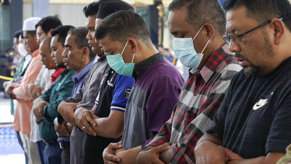 Warga Malaysia Salat Jumat Pakai Masker untuk Halau Corona
