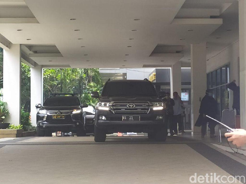 Mobil Dinas Mendagri Tito Karnavian RI-21 Masuk ke RSUP Persahabatan