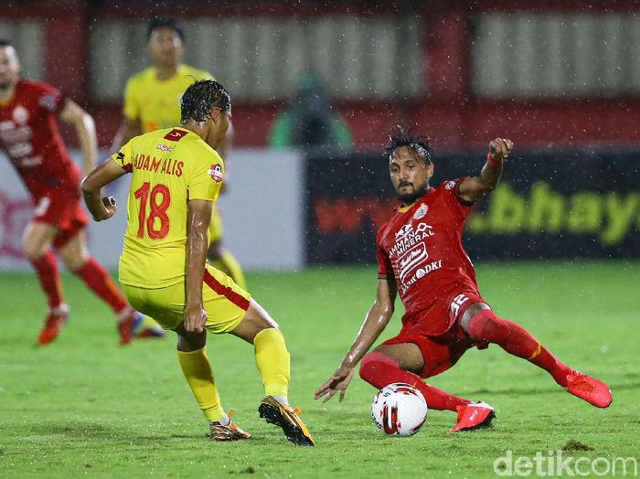 Bhayangkara FC vs Persija Jakarta di Shopee Liga 1 2020 menyajikan duel yang seru. Perang bintang itu tanpa pemenang.