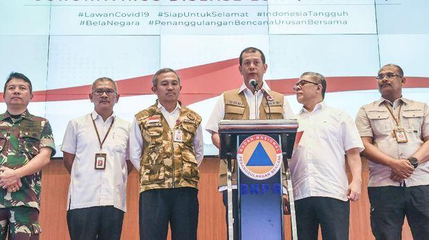 Ketua Gugus Tugas Percepatan Penanganan COVID-19 Doni Monardo (tengah) didampingi pejabat terkait memberikan keterangan kepada media berita terkini mengenai kasus COVID-19 di Kantor Pusat BNPB, Jakarta, Sabtu (14/3/2020). Dalam keterangannya Doni menyampaikan bahwa kasus positif COVID-19 berjumlah 96 kasus per hari Sabtu (14/3/2020), dari total kasus yang tersebut 8 sembuh dan 5 meninggal dunia. ANTARA FOTO/Muhammad Adimaja/foc.