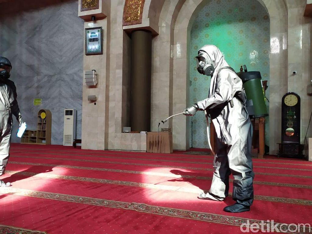 Pandemi Corona, Alun-alun Bandung dan Masjid Agung Disemprot Disinfektan