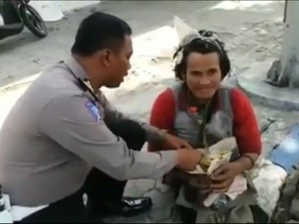 Inpiratif! 5 Polisi Indonesia Ini Bagikan Makanan Gratis untuk Masyarakat