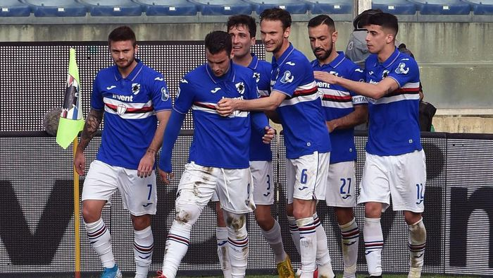 GENOA, ITALY - MARCH 08: UC Sampdoria players celebrate with Fabio Quagliarella after penalty during the Serie A match between UC Sampdoria and  Hellas Verona at Stadio Luigi Ferraris on March 8, 2020 in Genoa, Italy. (Photo by Paolo Rattini/Getty Images)