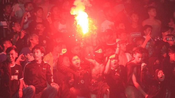 Flare di laga Persib Bandung vs PSS Sleman