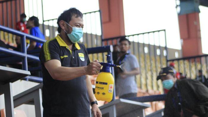 Penyemprotan disinfektan di Stadion Si Jalak Harupat jelang laga Persib Bandung vs PSS Sleman, Minggu (15/3/2020) untuk mencegah virus corona.
