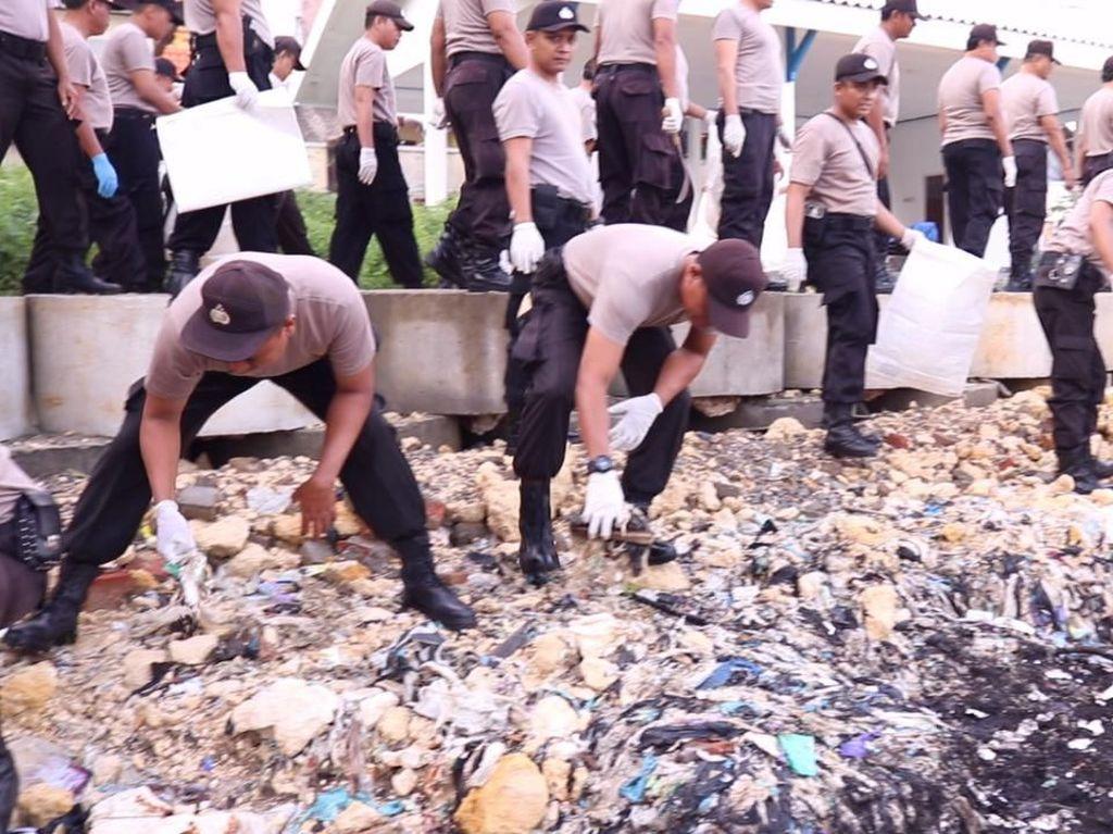 Cegah Corona, Polisi di Tuban Gercep Bersihkan Fasilitas Umum