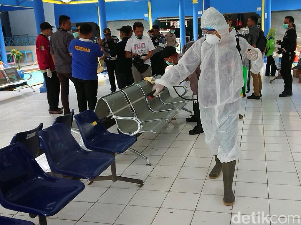 Terminal Bus di Trenggalek Disemprot Disinfektan Cegah Penularan Corona