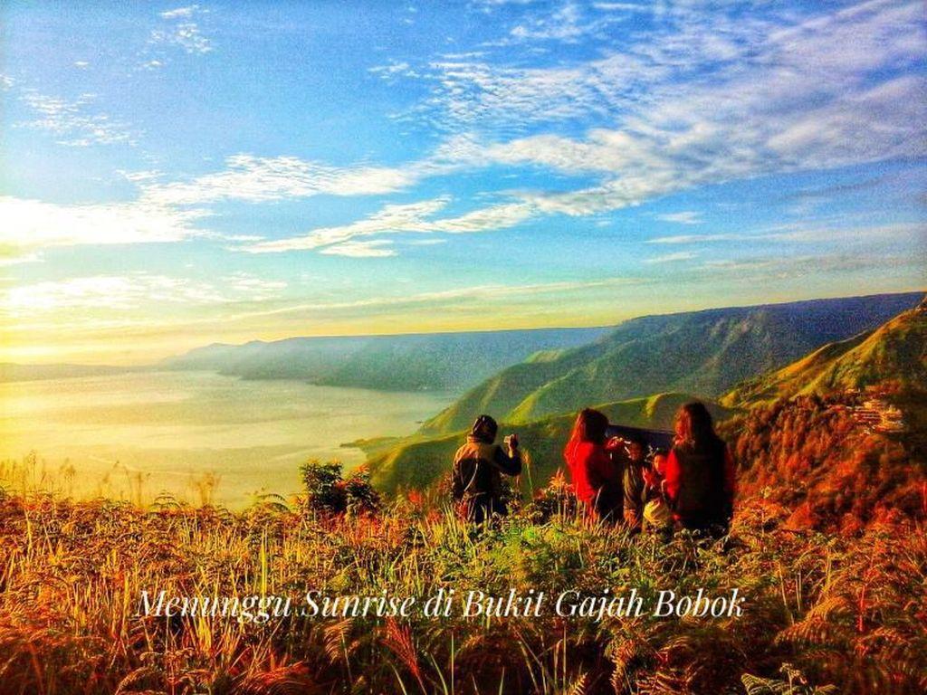 Indah Danau Toba Dilihat dari Bukit Gajah Bobok