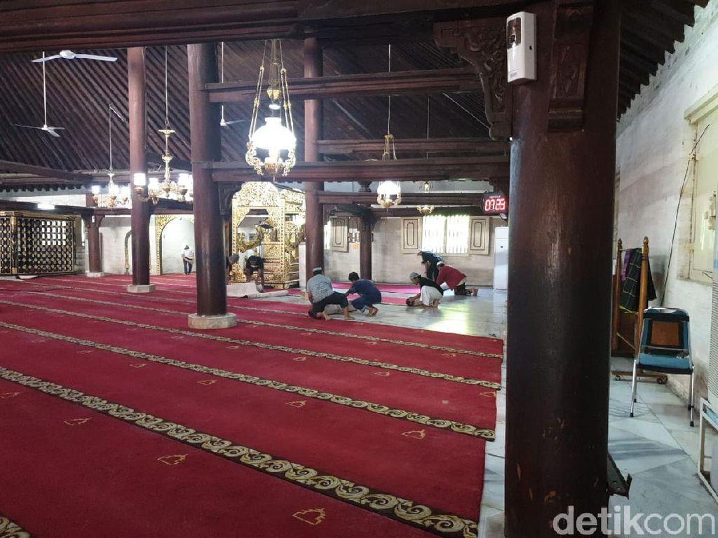 Karpet Masjid Gedhe Yogya Dilepas, Jemaah Diimbau Tak Salaman