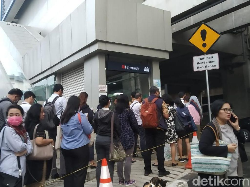 Gerindra DKI: Buat Apa Sih Warga Antre TransJ-MRT Bila Berisiko Corona?