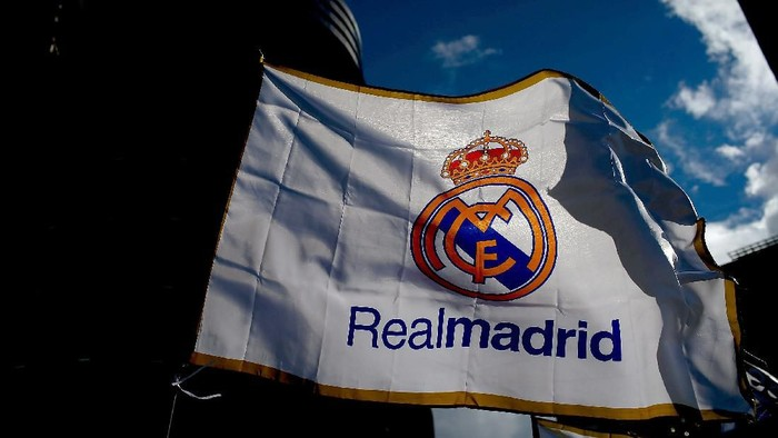 MADRID, SPAIN - JANUARY 31: A Real madrid flag flutters displayed at a merchandaising stall at Estadio Santiago Bernabeu outdoors before the La Liga match between Real Madrid CF and Real Sociedad de Futbol  on January 31, 2015 in Madrid, Spain.  (Photo by Gonzalo Arroyo Moreno/Getty Images)