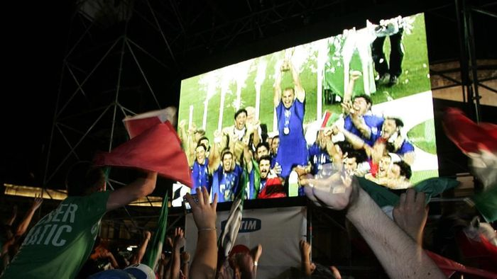 NAPLES, ITALY - JULY 9: Italian football fans celebrate Italys victory over France on July 9, 2006 in Naples, Italy. Italy defeated France 5-3 on penalties in the 2006 World Cup finals in Germany. (Photo by Salvatore Laporta/Getty Images)