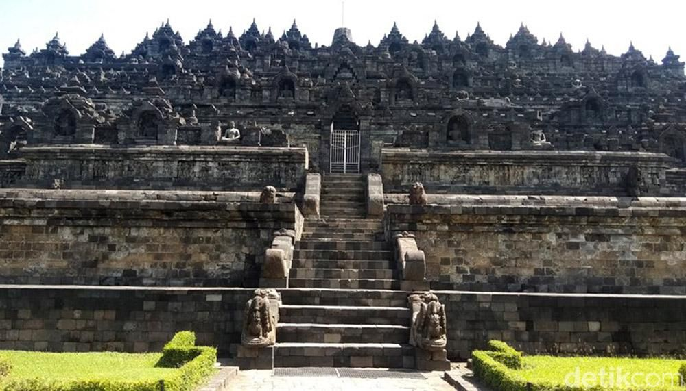 The atmosphere of Borobudur Temple is quiet due to restrictions on visitors starting today, Monday (16/3) to Sunday (29/3).  Visitors can only see the splendor of the building from below outside the zone 1 fence.