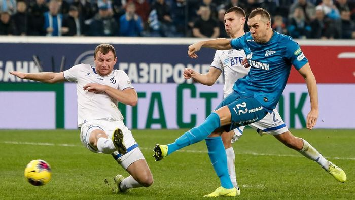 SAINT PETERSBURG, RUSSIA - DECEMBER 06: Artem Dzyuba (R) of FC Zenit Saint Petersburg shoots on goal as Vladimir Rykov (L) and Grigori Morozov of FC Dynamo Moscow defend during the Russian Premier League match between FC Zenit Saint Petersburg and FC Dynamo Moscow on December 6, 2019 in Saint Petersburg, Russia. (Photo by Epsilon/Getty Images)