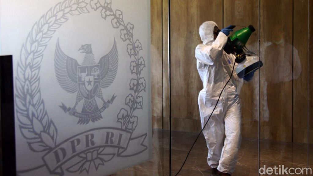 Giliran Gedung DPR Disterilkan dengan Disinfektan