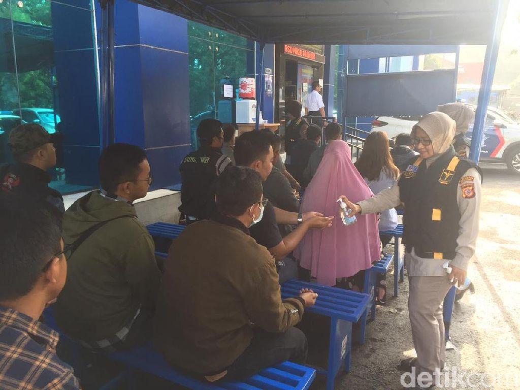 Pelayanan SIM-SKCK di Bandung Tetap Buka, Warga Diberi Hand Sanitizer