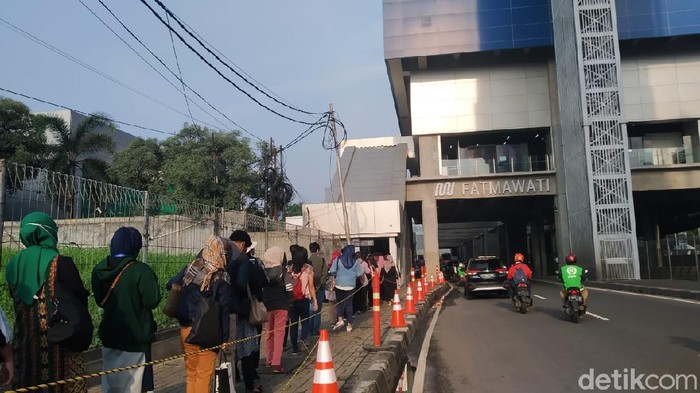 Kondisi Antrean Stasiun MRT Fatmawati pagi ini