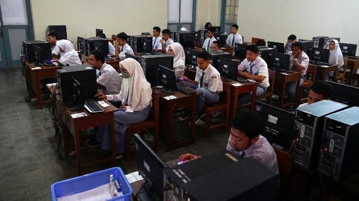 Sejumlah siswa SMK di berbagai wilayah di Indonesia tetap menjalani ujian nasional berbasis komputer (UNBK) di tengah wabah virus Corona, Senin (16/3/2020). SMK yang menggelar UNBK adalah SMK Negeri 8 Makassar, SMK Negeri 2 Yogyakarta, SMK PGRI 3 Malang, SMK Negeri 1 Palangkaraya, dan SMK Negeri 2 Palembang.