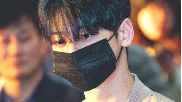 Cha Eun Woo pakai masker bikin heboh