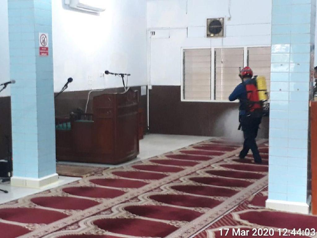 Cegah Corona, Damkar DKI Semprot Disinfektan di Masjid