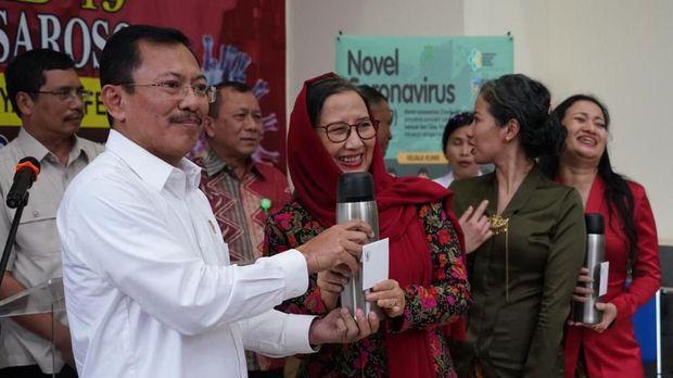 Menteri Kesehatan Terawan Agus Putranto (kiri) memberikan jamu dari Presiden Joko Widodo kepada pasien positif COVID-19 yang telah dinyatakan sembuh di RSPI Sulianti Saroso, Jakarta, Senin (16/3/2020). Pasien positif COVID-19 kasus nomor 01, 02 dan 03 telah dinyatakan sembuh. ANTARA FOTO/Humas Kementerian Kesehatan/aaa/wsj.