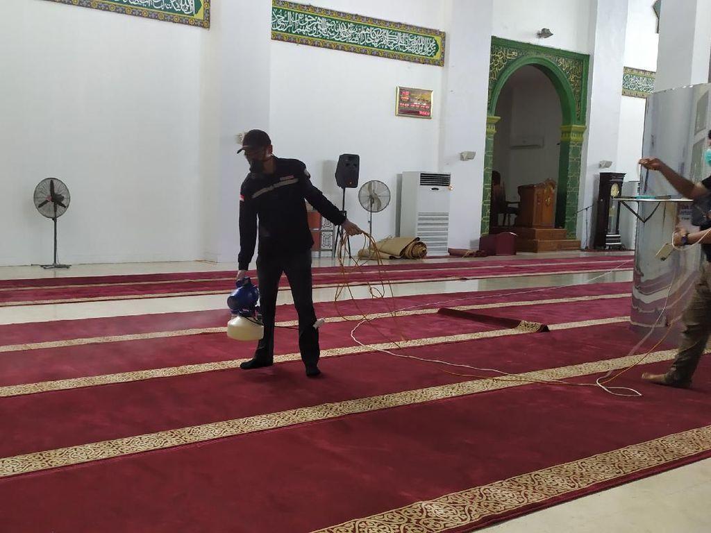 Cegah Corona, Masjid Raya Achmad Yani Manado Disemprot Disinfektan