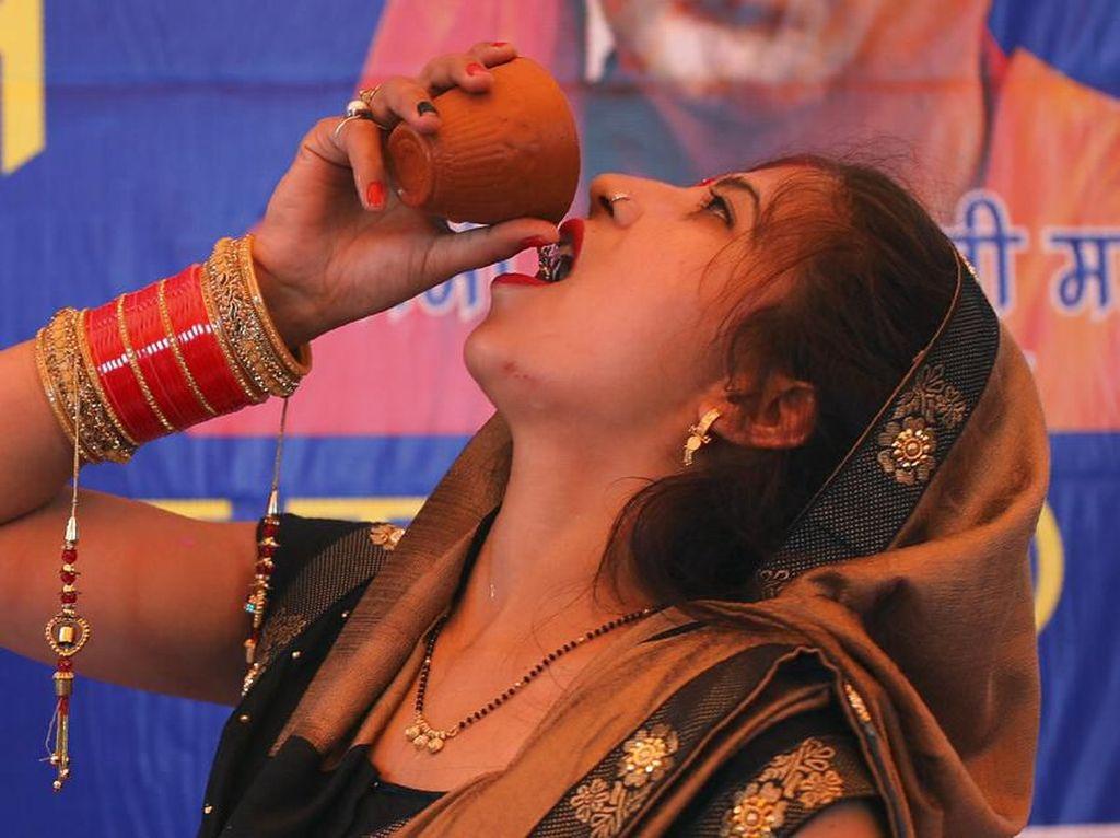 Tangkal Virus Corona, Warga di India Minum Air Kencing Sapi