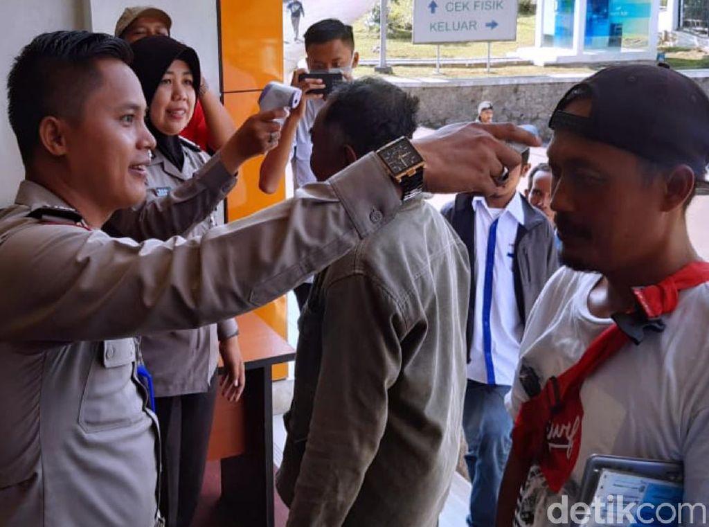 Antisipasi Corona, Pengunjung Samsat Sukabumi Dicek Suhu Tubuh
