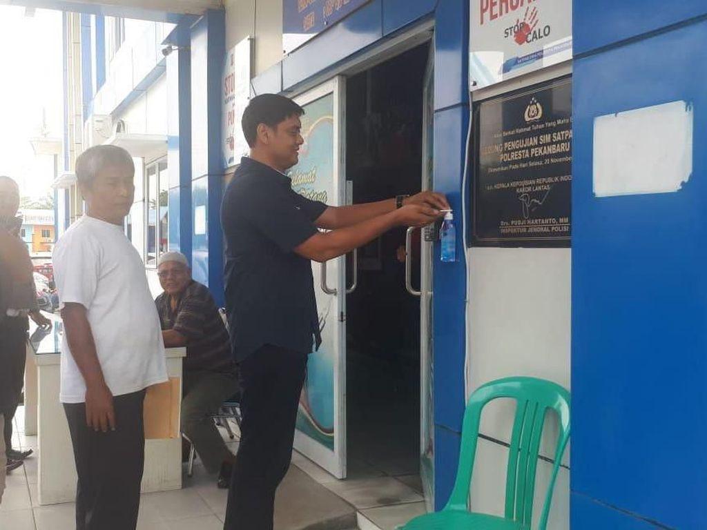 Cegah Corona, Pengunjung Pelayanan SIM di Pekanbaru Diwajibkan Cuci Tangan