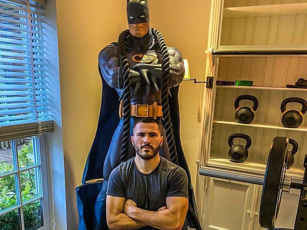 Pemain Arsenal Tunjukkan Otot Seperti Batman