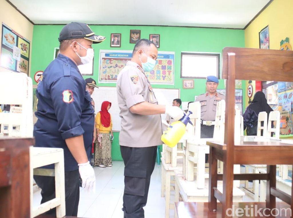 Ini Upaya Polisi Banyuwangi Cegah Corona, Cuci Tangan Hingga Semprot Disinfektan