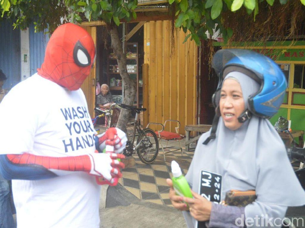 Lawan Corona, Spider-Man Parepare Bagi-bagi Hand Sanitizer