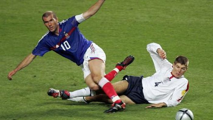 French captain Zinedine Zidane (L) is tackled by England midfielder Steven Gerrard, 13 June 2004 during their opening match at the Estadio da Luz in Lisbon for the European Nations football championships. France and England are competing in Group B with Croatia and Switzerland.  AFP PHOTO Francois Xavier MARIT (Photo by FRANCOIS XAVIER MARIT / AFP)
