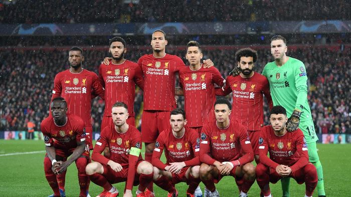LIVERPOOL, ENGLAND - MARCH 11: The Liverpool Team line up ahead of the  UEFA Champions League round of 16 second leg match between Liverpool FC and Atletico Madrid at Anfield on March 11, 2020 in Liverpool, United Kingdom. (Photo by Laurence Griffiths/Getty Images)