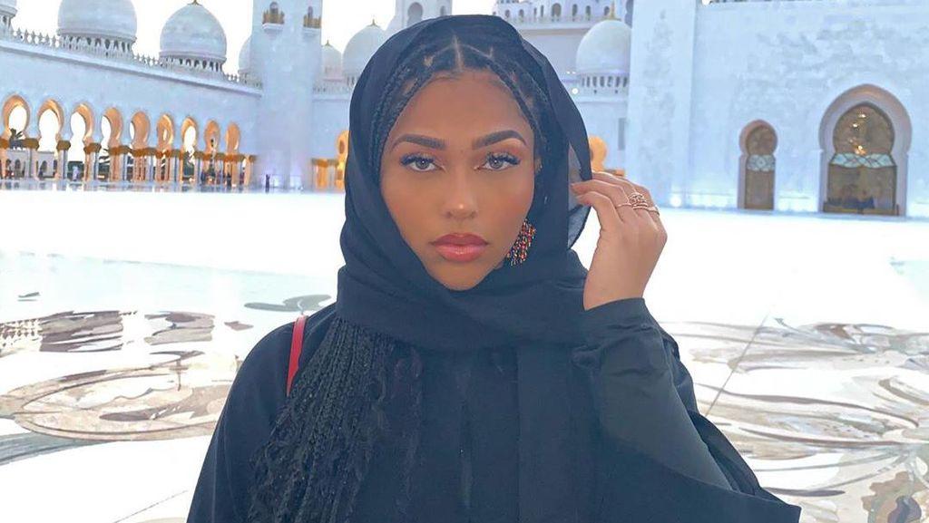 Gaya Mantan Sahabat Kylie Jenner Pakai Abaya di Mesjid yang Dikritik Netizen
