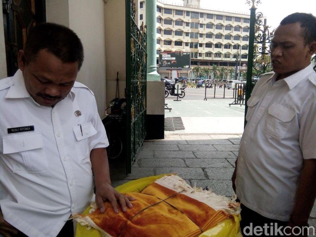 Cegah Corona, Gubsu Edy Kirim 350 Sajadah Kecil ke Masjid Raya Medan